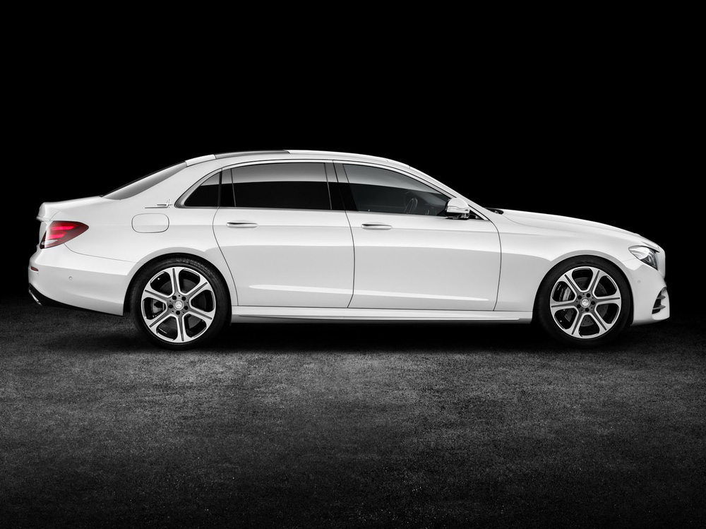 So với xe tiêu chuẩn, Mercedes-Benz E-Class LWB sở hữu chiều dài cơ sở dài hơn 140 mm, đạt mức 3.079 mm. Bên cạnh đó, Mercedes-Benz E-Class LWB thế hệ mới còn có chiều dài tổng thể 5.063 mm.