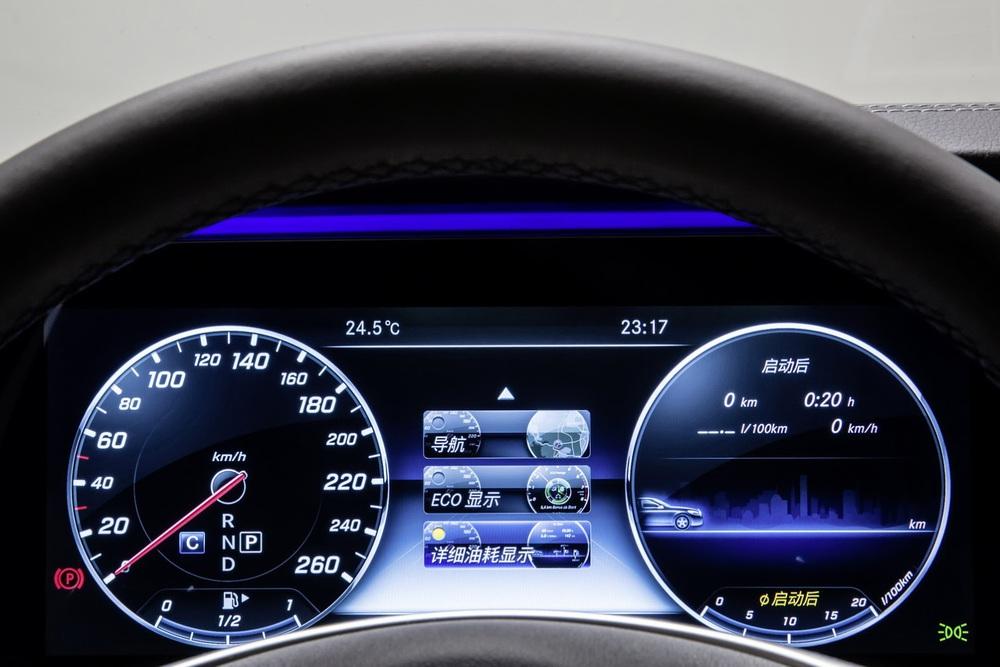 Những trang bị tiện nghi và an toàn khác của Mercedes-Benz E-Class LWB thế hệ mới không khác gì xe tiêu chuẩn. Ví dụ như cụm đồng hồ dạng kỹ thuật số toàn phần.
