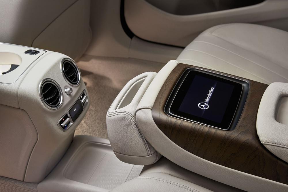 Ngoài ra, hãng Mercedes-Benz còn cung cấp một số trang bị tùy chọn như màn hình cảm ứng tích hợp, bộ sạc không dây, miếng sưởi và giá đựng cốc cho vịn tay giữa hàng ghế sau.