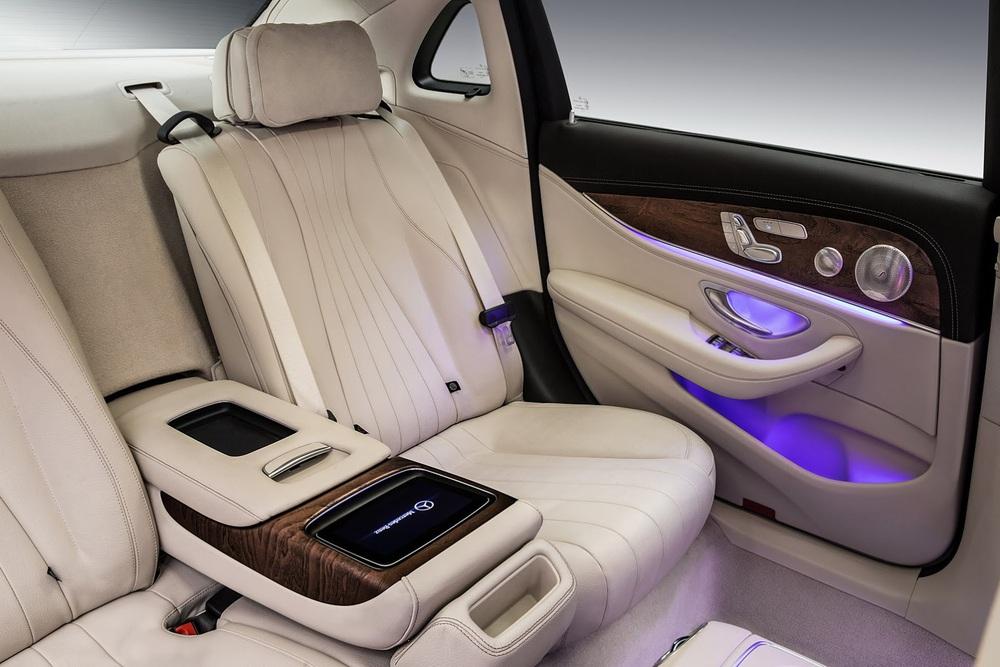 Mercedes-Benz E-Class LWB thế hệ mới có cấu hình 5 chỗ ngồi. Ở giữa hai ghế là vịn tay có nắp gập xuống. Bên trong vịn tay là khoang chứa đồ có đèn chiếu sáng và cổng USB tiêu chuẩn.