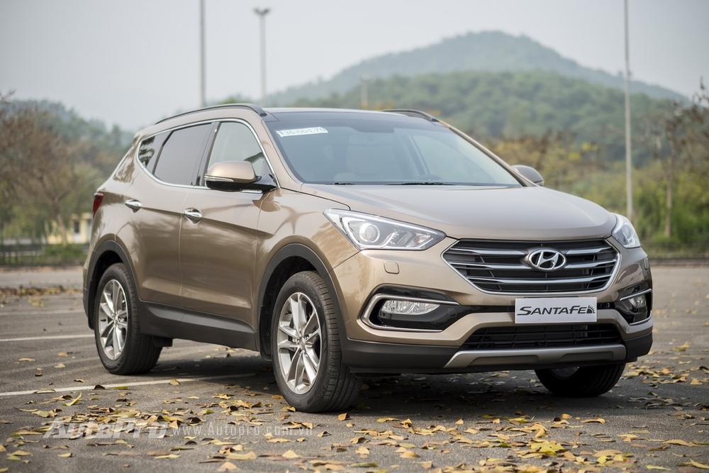 Một chút thay đổi phần đầu xe giúp mang lại cảm giác mới lạ cho Hyundai Santa Fe 2016.