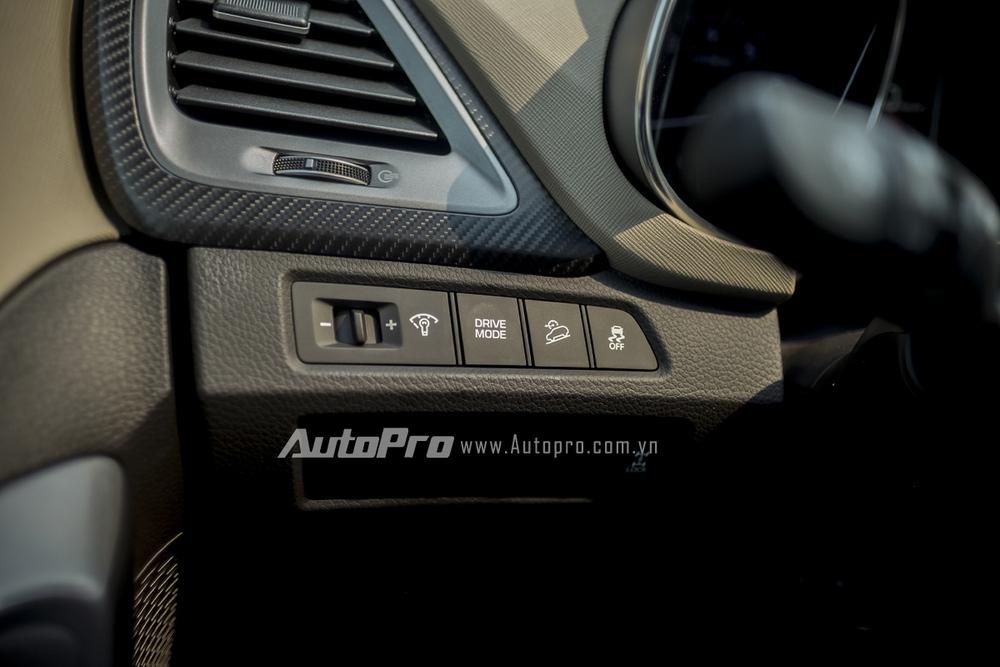 Drive Mode cho phép người lái chuyển chế độ lái trên Hyundai Santa Fe 2016.