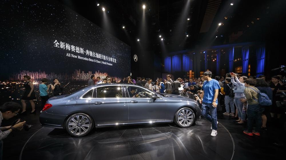 Trong triển lãm Bắc Kinh 2016 hiện đang diễn ra tại thủ đô Trung Quốc, hãng Mercedes-Benz đã chính thức trình làng E-Class LWB thế hệ mới. Có thể nói, Mercedes-Benz E-Class LWB trông chẳng khác nào Mercedes-Maybach thu nhỏ.