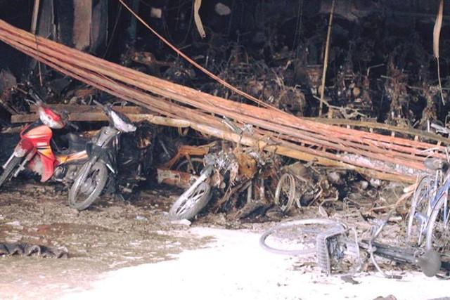 Xác xe máy ngổn ngang trong hầm chung cư. Ảnh: CTV