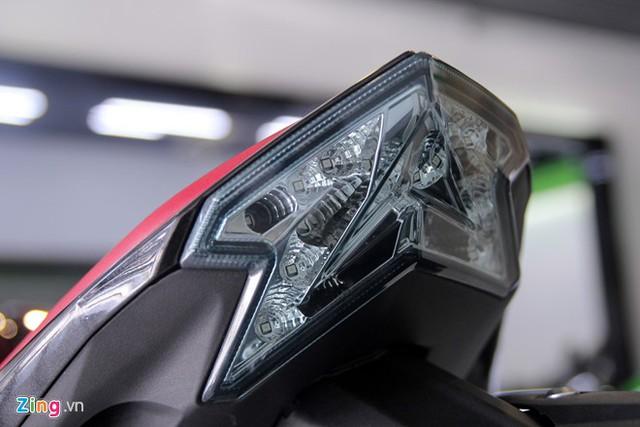 Đèn hậu hình mũi tên, chiếu sáng bằng bóng LED.
