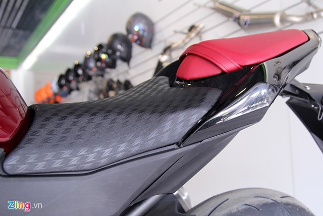Yên xe in chữ Z cách điệu trên da. Yên dành cho người ngồi sau màu đỏ. Chiều cao đến yên 834 mm, phù hợp với những người khoảng 1,7 m.