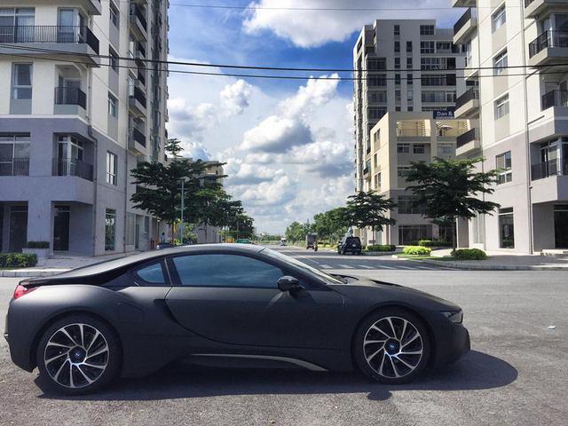 Bên cãnh 4 màu sắc nguyên bản, những người chơi xe tại Việt Nam còn khoác lên mình siêu xe tương lai bộ áo mới bằng decal. Trong ảnh là chiếc i8 lên decal màu đen nhám.