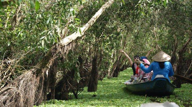 Lênh đênh trên sông nước là một trải nghiệm thú vị khi về vùng nước nổi. Ảnh: Lala Nguyễn.