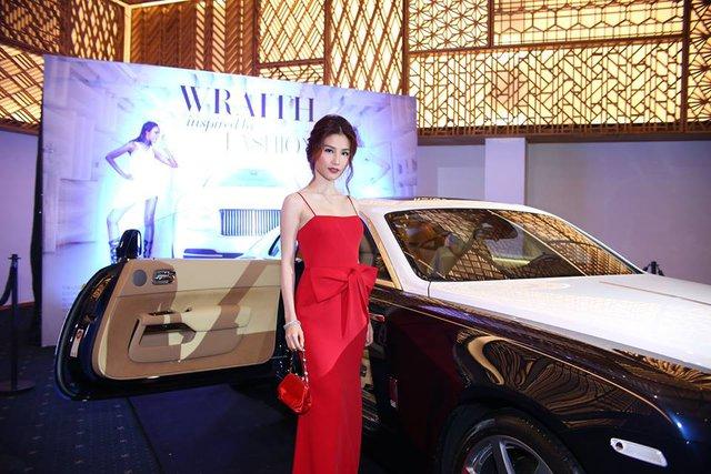 Hot girl Diễm My 9X bên chiếc xe siêu sang 18 tỷ Đồng.