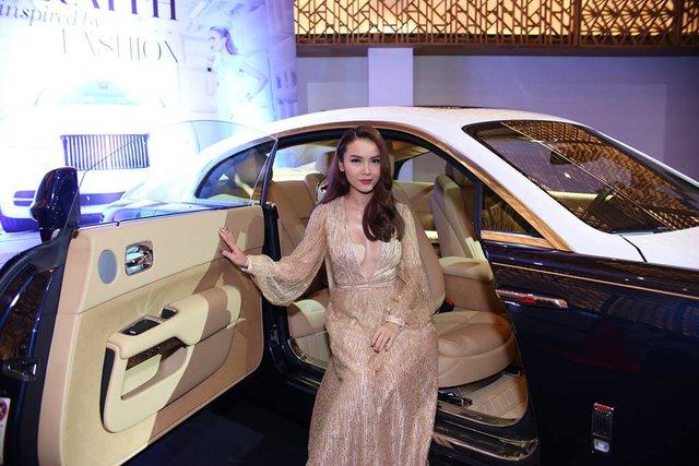 Yến Trang ton sur ton với nội thất chiếc Rolls-Royce Wraith.
