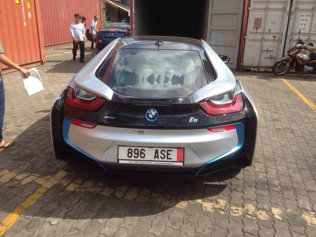 BMW i8 màu bạc xuất hiện cùng hàng khủng Ferrari California T 2015 vào chiều qua.