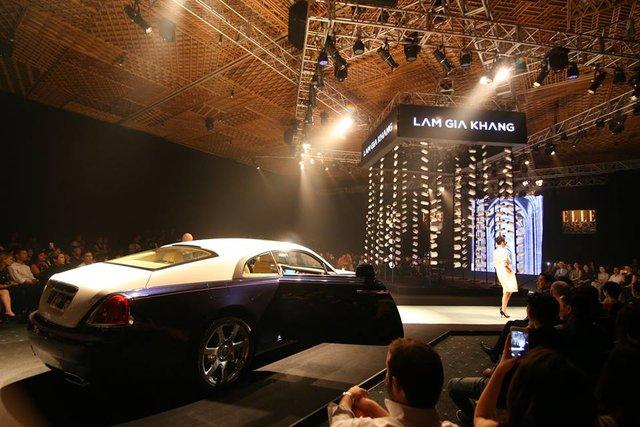 Rolls-Royce Wraith nổi bật trong bộ áo đề-can trắng Camay quý phái.