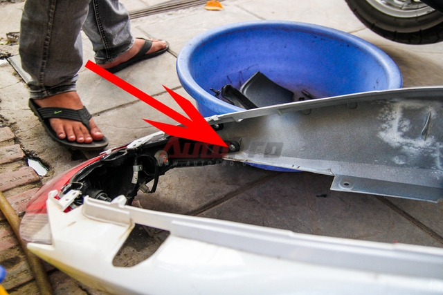 Con ốc trong, kết nối đèn hậu và 2 mảng ốp sườn xe.