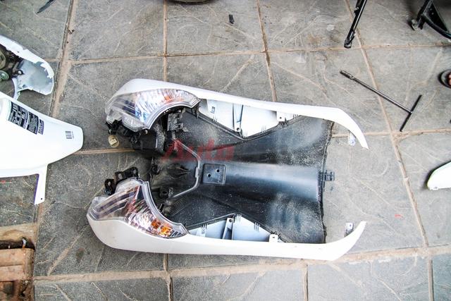 Cụm xi nhan và đèn định vị được gắn với yếm bằng ốc trong. Thợ sửa xe cần nhấc cả mảng yếm ra trước khi có thể tháo được cụm xi-nhan và định vị.
