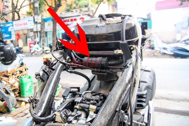 Ống thoát hơi bình xăng dẫn hơi xăng tới bộ phận ngưng tụ để phần hơi xăng đọng thành thể lỏng sẽ được phun vào họng ga. Phần hơi xăng không đọng sẽ tiếp tục thoát ra ngoài.