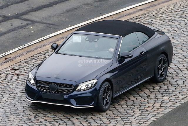 Chiếc Mercedes-Benz AMG C450 Cabriolet 2017 với phần mui nỉ màu đen.