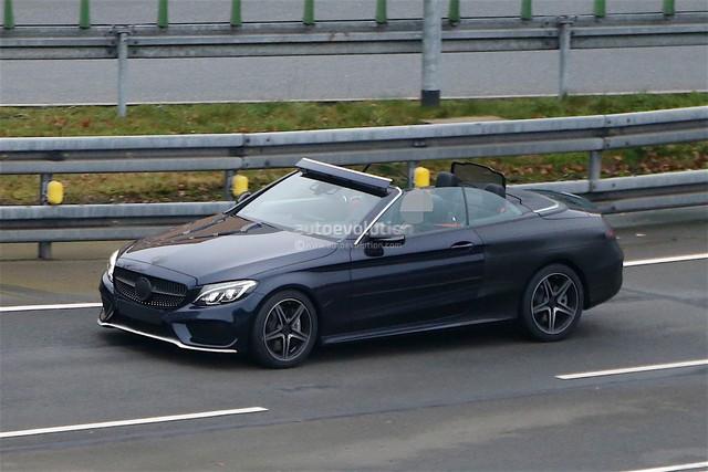 Chiếc Mercedes-Benz C-Class Cabriolet 2017 hạ mui trong thời tiết 0 độ C.