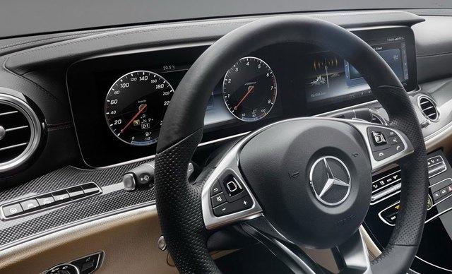 Hãng Mercedes-Benz sẽ trang bị vô lăng, hệ thống định vị, chất liệu và bộ phụ kiện khác nhau cho từng bản trang bị của E-Class 2017. Ví dụ, bản trang bị tiêu chuẩn của Mercedes-Benz E-Class 2017 sẽ đi kèm 2 đồng hồ dạng cơ truyền thống, được tách đôi bằng màn hình 7 inch. Thêm vào đó là màn hình trung tâm có kích cỡ 8,2 inch.