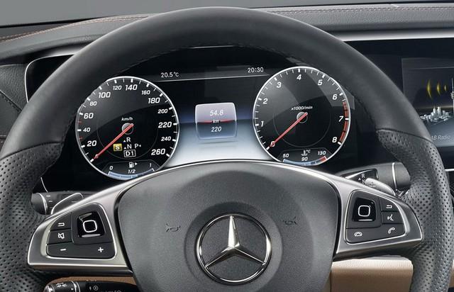 Cụ thể, Mercedes-Benz E-Class 2017 được trang bị cụm đồng hồ với màn hình khổ rộng tùy chọn và hệ thống Comand Online. Đặc biệt, Mercedes-Benz E-Class 2017 sẽ lần đầu tiên được trang bị nút cảm ứng trên chấu vô lăng đa chức năng. Nhờ đó, người lái có thể chỉnh các chức năng của hệ thống thông tin giải trí.