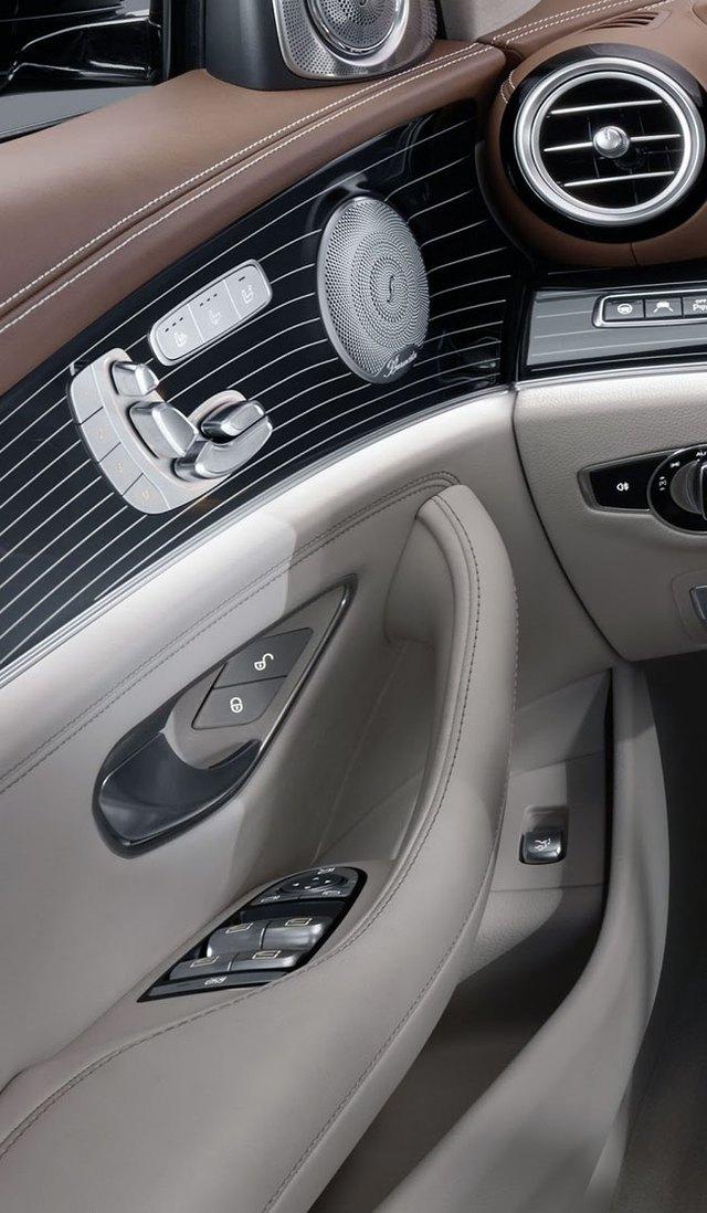 Đúng như truyền thống của gia đình Mercedes-Benz, bộ chỉnh ghế trước được đặt trên mặt trong cửa, cùng nút bấm của hệ thống sưởi ấm/làm mát và loa. Mercedes-Benz E-Class 2017 còn có dàn âm thanh vòm Burmester 3D tùy chọn, 3 loại ghế, bao gồm tiêu chuẩn, Avantgarde, Exclusive and AMG, tùy thuộc vào bản trang bị cùng chất liệu gỗ cao cấp.