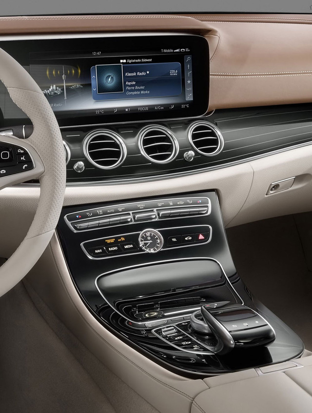 Theo hãng Mercedes-Benz, E-Class 2017 sẽ có 2 thiết kế cụm điều khiển trung tâm khác nhau. Một là cho phiên bản sử dụng hộp số tự động với thiết kế thẳng. Thứ hai là thiết kế tách rời dành cho Hãng Mercedes-Benz sẽ trang bị vô lăng, hệ thống định vị, chất liệu và bộ phụ kiện khác nhau cho từng bản trang bị của E-Class 2017 bản số sàn.