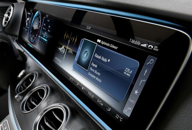 Bên cạnh đó là 2 màn hình khác với kích cỡ 12,3 inch và độ phân giải 1.925 x 720 pixel. Người lái có thể tùy chọn 1 trong 3 phong cách khác nhau, bao gồm Classic, Sport và Progressive.
