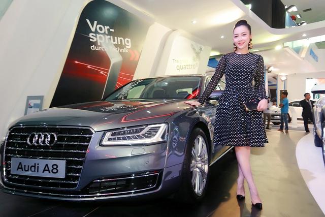 Diễn viên múa Linh Nga bên chiếc xe Audi A8 mà cô đang làm đại sứ thương hiệu.