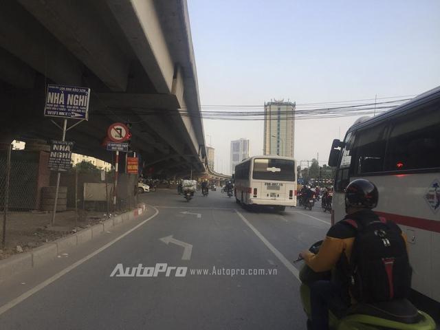 Các lái xe ôtô nếu đi vào phần đường dành cho xe rẽ trái thì vẫn được quyền đi thẳng bởi chịu sự điều tiết của biển báo với hiệu lực cao hơn vạch kẻ đường.