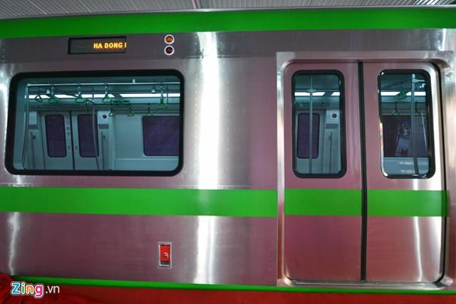 Mỗi toa có 8 cửa lên xuống rộng 1,3 mét dành cho khách ở cả 2 phía thân tàu.