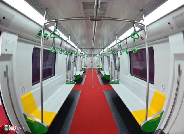 Toa tàu rộng khoảng 2,8 mét, bố trí 6 ghế dài, 2 hàng cột cong về phía giữa toa, dọc theo lối đi giúp hành khách đứng bám ổn định khi đông. Hai đầu của toa xe bố trí khu vực dành cho xe lăn, ghế ngồi ưu tiên (màu vàng).