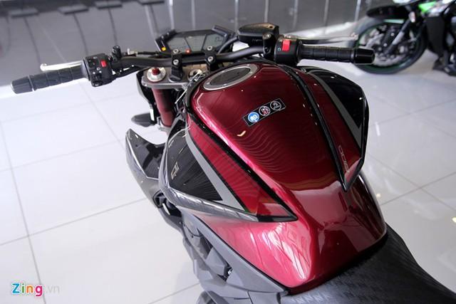 Bình xăng được phối màu sơn đỏBordeaux và đen, kết hợp cùng decal mới, dung tích 17 lít.