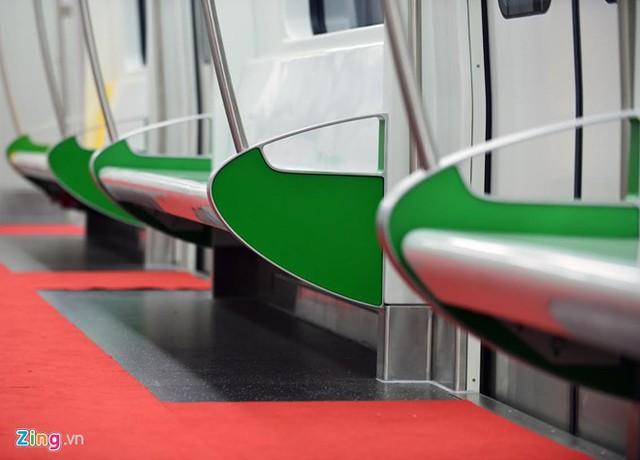 Mỗi dãy trên tàu bố trí 3 ghế dài.