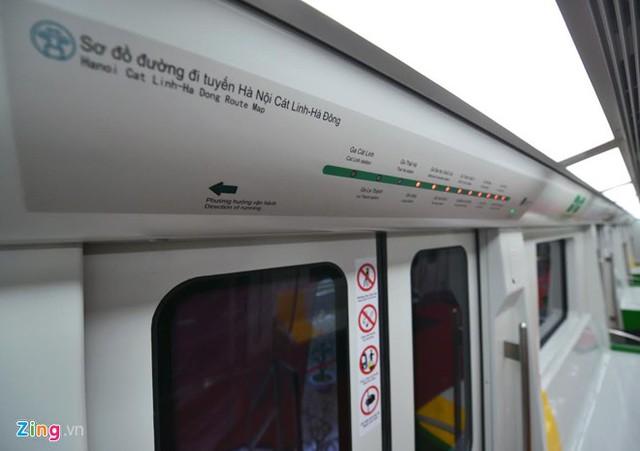 Trong toa có bản đồ dạng đèn LED bố trí phía trên các cửa lên xuống, hiển thị thông tin cho hành khách đi tàu (ga sắp đến, ga đang dừng, bản đồ tuyến, thời gian, phía cửa mở…).