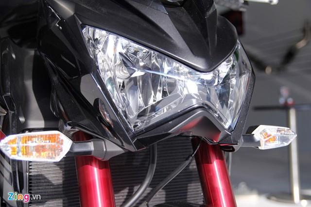 Cặp đèn pha được thiết kế theo phong cách Sugomi truyền thống của hãng.