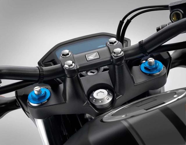 Khi có mặt trên thị trường vào tháng 2 năm sau, Honda CB500F 2016 sẽ có 2 phiên bản màu là đen mờ và bạc với giá ngang nhau. Đáng tiếc là hãng Honda chưa công bố giá bán cụ thể của CB500F 2016 tại thị trường Mỹ.
