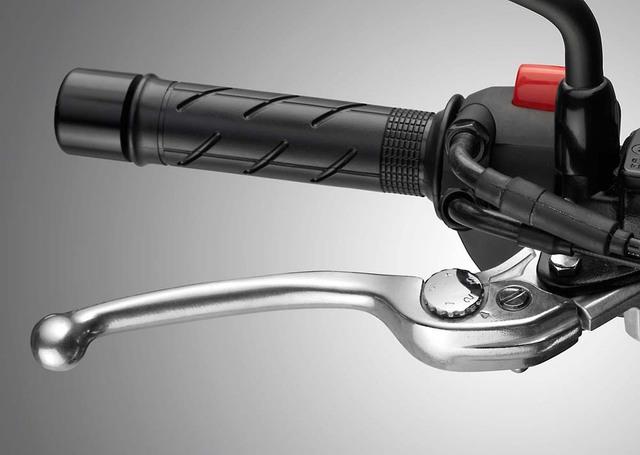 Ngoài ra, Honda CB500F nâng cấp còn có cần phanh tùy chỉnh, bàn đặt chân dành cho hành khách ngồi phía sau đúc bằng nhôm, hộp số nâng cấp và chìa khóa hình lượn sóng.