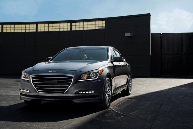 Hyundai Genesis Sedan 2016 có dải đèn LED chiếu sáng ban ngày tiêu chuẩn.