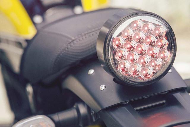 Đèn hậu LED hình tròn.