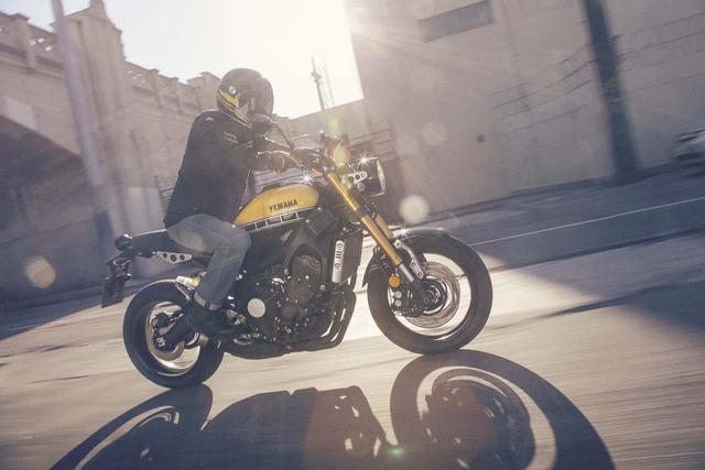 Yamaha XSR900 vẫn giữ nguyên bộ khung, hệ thống treo và động cơ của MT-9. Cụ thể là động cơ Crossplane 3 xi-lanh, dung tích 850 cc, sản sinh công suất tối đa 115 mã lực và mô-men xoắn cực đại 87,5 Nm.