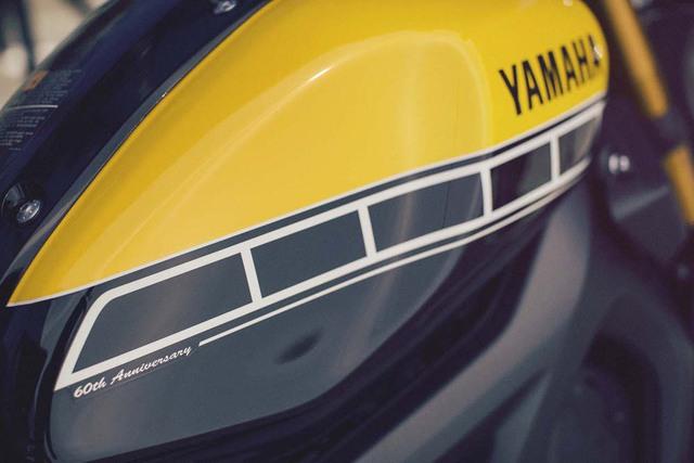 Điểm nhấn khác biệt của Yamaha XSR900 so với MT-09 nằm ở bình xăng 14 lít được sơn hai màu đen-vàng bắt mắt ở phiên bản đặc biệt.