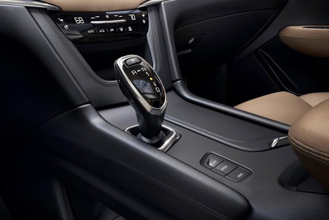 """""""Chúng tôi tập trung vào sự tinh tế và đơn giản khi thiết kế nội thất của Cadillac XT5 2017 . Mục đích của chúng tôi là đảm bảo thiết kế công thái học và giảm tiếng ồn cho xe"""", ông Andrew Smith, giám đốc thiết kế toàn cầu của Cadillac, phát biểu."""