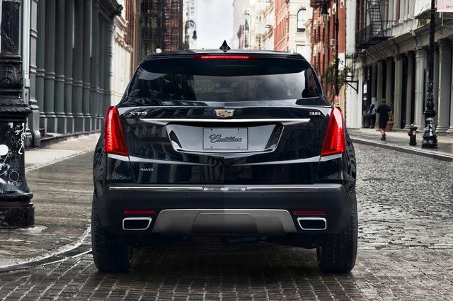So với đàn anh SRX hiện đang có mặt trên thị trường, Cadillac XT5 2017 nhẹ hơn 126 kg. Ngoài ra, Cadillac XT5 2017 còn nhẹ hơn 45 kg so với đối thủ Audi Q5 dù dài hơn 177 mm. Trong khi đó, Cadillac XT5 2017 nhẹ hơn tận 295 kg so với Mercedes-Benz GLE-Class có cùng kích thước.