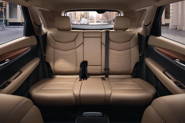 Cadillac XT5 2017 sở hữu trọng lượng kể trên dù vẫn giữ kích thước như đàn anh SRX, cụ thể là chiều dài 4.815 mm, rộng 1.903 mm và cao 1.675 mm. Tuy nhiên, chiều dài cơ sở của Cadillac XT5 2017 đã tăng lên 2.857 mm, giúp nới rộng khoảng duỗi chân thêm 81 mm so với SRX.