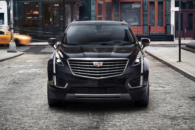 Về thiết kế, Cadillac XT5 2017 trông hiện đại hơn đàn anh SRX với những đường gờ mềm mại, lưới tản nhiệt mới và đèn pha hình giọt nước.
