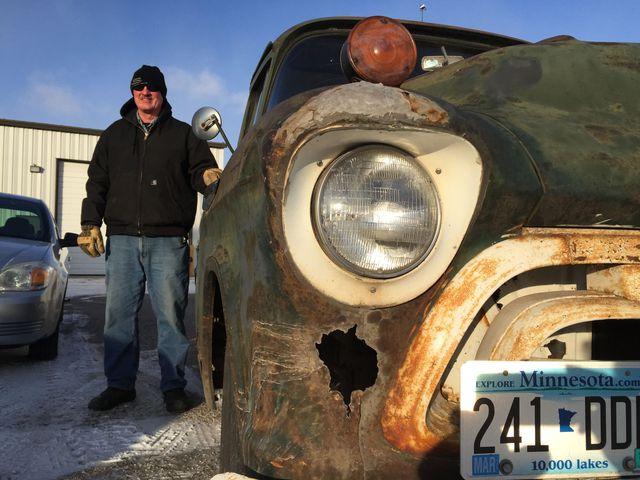 Ông Sportel bên chiếc xe bán tải Chevrolet cũ.