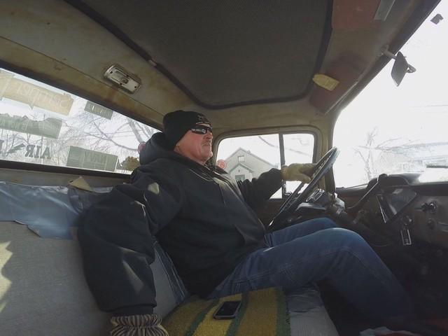 Ông Sportel cầm lái chiếc xe bán tải cũ.