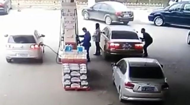 Tên trộm lom khom mở cửa bên ghế phụ lái.