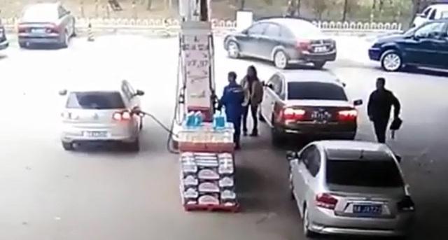 Sau khi lấy được chiếc túi xách, tên trộm thản nhiên đi ngang qua chỗ cô gái và nhân viên cây xăng.