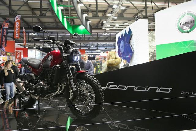Tuy đã thuộc quyền sở hữu của người Trung Quốc nhưng nhãn hiệu Benelli vẫn không đánh mất thiết kế đậm chất Ý trong các sản phẩm mới. Điều đó đã được thể hiện thông qua dàn mô tô mà Benelli mang tới triển lãm EICMA 2015. Một trong những mẫu mô tô Benelli thu hút sự chú ý nhất tại triển lãm EICMA năm nay chính là Leoncino mang kiểu dáng scrambler nhỏ xinh.