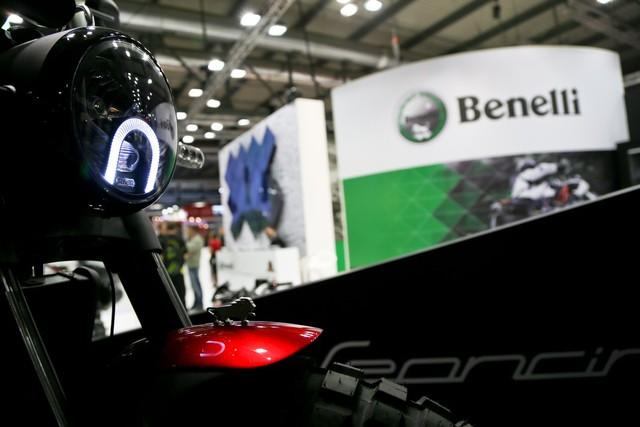 Những tính năng nổi bật khác của Benelli Leoncino bao gồm yên cao 815 mm, bình xăng 15 lít và trọng lượng khô 171 kg.